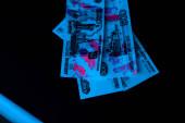 Fényképek az ibolyántúli villámcsapás szelektív fókusza az orosz pénzen feketén
