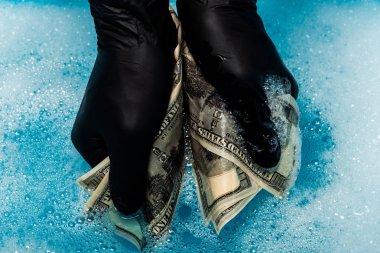 siyah kauçuk eldiven dolar banknotlar yıkama adam kırpılmış görünümü