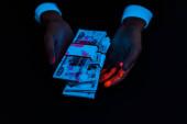 Fényképek vágott kilátás az ember, gazdaság megveszteget alatt UV világítás izolált fekete