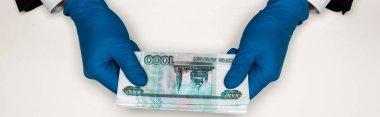 beyaz rus para tutan mavi lateks eldiven adam panoramik çekim
