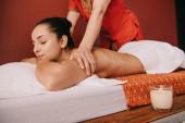 oříznutý pohled na maséra, který se vrací masáž ženě na masážní rohoži