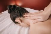 abgeschnittene Ansicht von Masseur tun Nackenmassage zu Frau in Spa-Salon