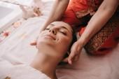 Fotografie abgeschnittene Ansicht von Masseur tun Nackenmassage zu Frau in Spa-Salon