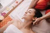 Fényképek nyírt kilátás a masszőr csinál nyakmasszázs a nő a Spa szalon