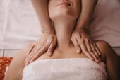 ostříhané zobrazení maséra masáž krku pro ženu v lázeňském salonu