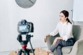selektivní zaměření novináře na formální nošení hovořit a sedět v křesle