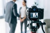selektivní zaměření digitálního fotoaparátu na natáčení novináře a obchodníka