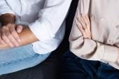 částečný pohled na ženu a muže s zkřížené náručí
