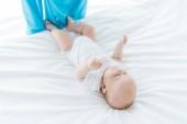 nagy látószögű nézet aranyos baba feküdt ágyon kórházban