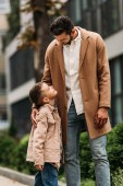 Šťastný otec a syn, kteří se na ulici objímali a dívali se na sebe