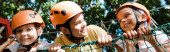 panoramatický záběr roztomilé děti v blízkosti rozkošný chlapec v helmě