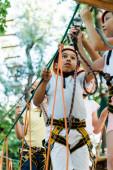 selektivní zaměření roztomilých multikulturních dětí s výškovým vybavením venku