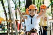 Selektiver Fokus von niedlichen Kindern in Helmen, die draußen lächeln