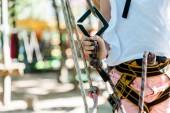 Fotografie Ausgeschnittene Sicht auf Kind mit Sicherheitsausrüstung im Abenteuerpark