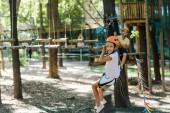 Selektiver Fokus des süßen Kindes in der Nähe des liebenswerten Jungen im Abenteuerpark