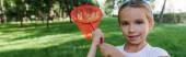 panoráma lövés boldog gyerek gazdaság pillangó háló kívül