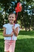 mosolygós gyerek gazdaság pillangó háló zöld park