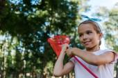 pozitív gyerek gazdaság pillangó háló zöld parkban