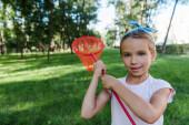 pozitív gyermek gazdaság pillangó háló zöld parkban