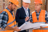 selektivní zaměření konstruktérů a vyspělých podnikatelů v obleku při pohledu na návrh