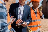 vágott kilátás építész gesztus közelében munkatárs és üzletember digitális táblagép