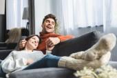 selektivní zaměření atraktivní přítelkyně ve svetru ležící na kolenou přítele