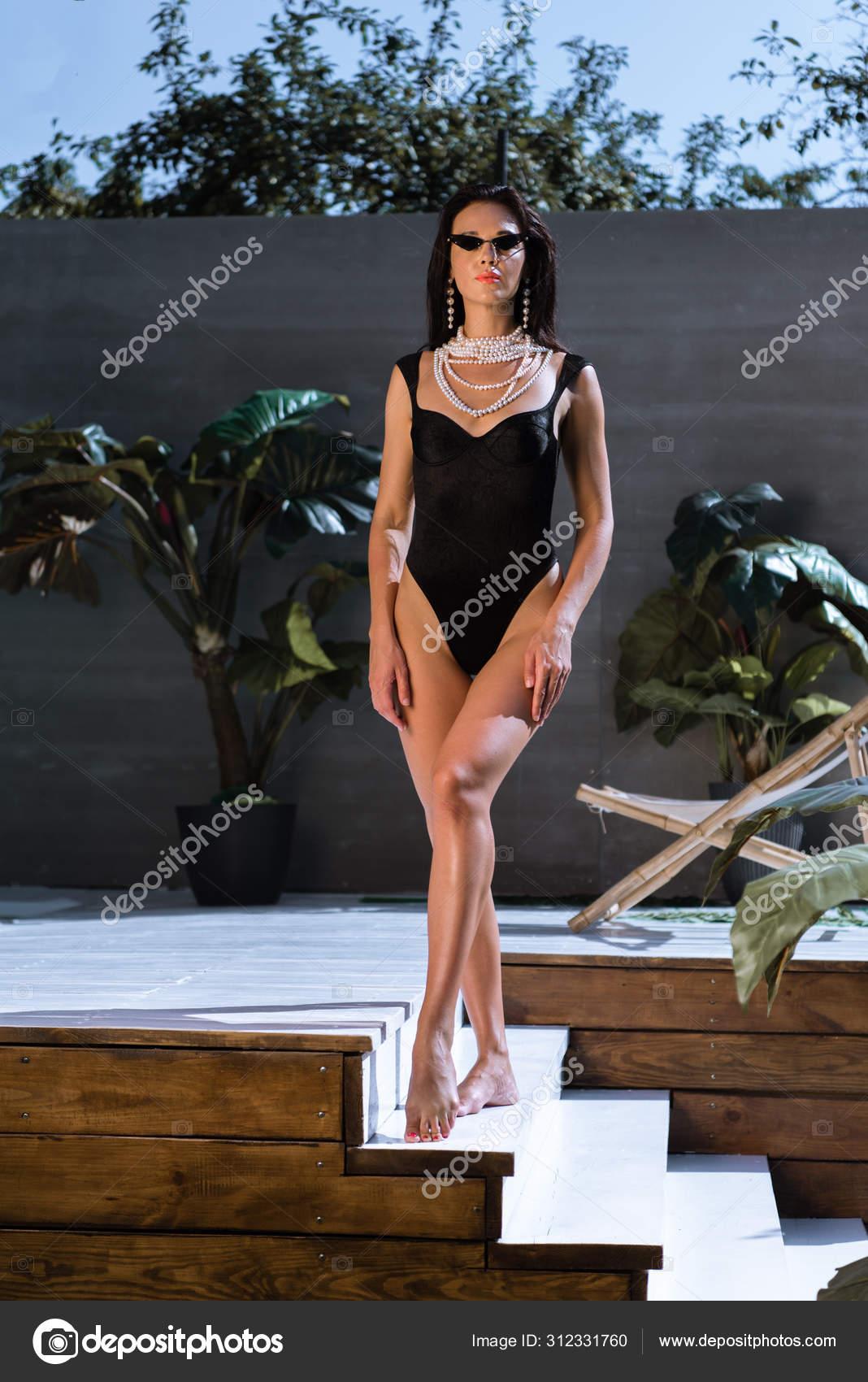 Красопета в чёрном купальнике.