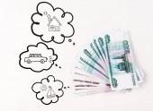 Fotografie Draufsicht auf russisches Geld auf weißem Hintergrund in der Nähe von Gedankenblasen mit Auto, Boot und Hausillustration