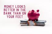 rosa piggy banca su pila di rubli russi su sfondo bianco con soldi sembra meglio in banca che sui vostri piedi illustrazione