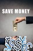 oříznutý pohled člověk dává peníze obchodníkovi na šedém pozadí s ušetřit peníze ilustrace