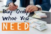 vágott kilátás üzletember aláírása szerződést közel pénz az irodában vásárolni csak, amire szüksége van illusztráció