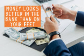 ostříhaný pohled na podnikatele počítání peněz v úřadu s penězi vypadá lépe v bance než na nohou ilustrace