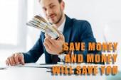 selektivní zaměření podnikatele držící peníze v úřadu s úsporou peněz a peněz vám ušetří ilustraci