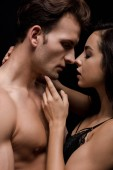 Fotografie schönes reizvolles Paar, das sich umarmt und küsst, isoliert auf schwarz