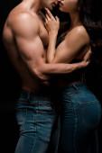 abgeschnittene Ansicht eines sinnlichen Paares, das sich umarmt, isoliert auf schwarz
