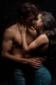 Fotografie schönes leidenschaftliches Paar umarmt und küsst sich hinter nassem Glas