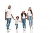 šťastný africký americký rodiče drží za ruce s dcerou a synem, zatímco stojí na bílém pozadí