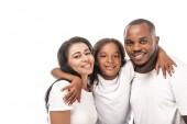 šťastný africký americký dítě objímající usmívající se rodiče izolované na bílém