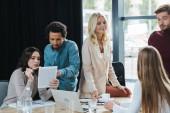 mladí multikulturní podnikatelé diskutující o podnikatelských nápadech během setkání v úřadu