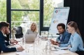 multikulturális üzletemberek, akik üzleti ötleteket vitatnak meg az irodai találkozók során