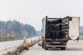LVIV, UKRAJINA - 23. října 2019: nákladní automobil s kovovými trubkami a otevřenými dveřmi