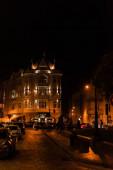 LVIV, UKRAINE - 23. OKTOBER 2019: Atlas Hotel Schriftzug auf Gebäude in der Nähe der Straße mit Autos und Menschen
