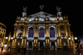 LVIV, UKRAJINA - 23. října 2019: výstavba lvovské národní opery v noci