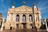 LVIV, UKRAJINA - 23. října 2019: pohled zepředu na Lvovské divadlo opery a baletu s chodícími lidmi