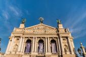 LVIV, UKRAJINA - 23. října 2019: pohled zepředu na Lvovské divadlo opery a baletu proti modré obloze