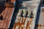LVIV, UKRAINE - Október 23, 2019: graffiti a ló a nap, a felhők és a fű az öreg rozsdás tető