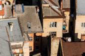LVIV, UKRAJINA - 23. října 2019: letecký pohled na staré autentické lvovské domy s ptáky na střechách