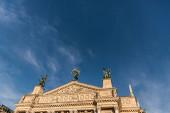 Lvovské divadlo opery a baletu na slunci proti modré obloze