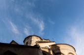 nízký úhel pohledu na starověký kostel proti modré obloze v lvově, ukrajinské
