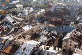 letecký pohled na staré domy v historickém centru města Iviv, Ukrajina